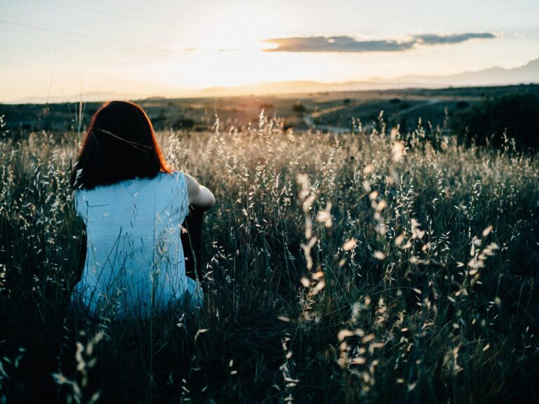 Pige ser solopgang alene i sorg efter tab