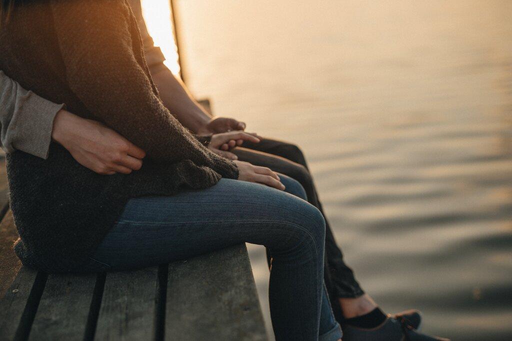 Par holder i hånd ved vandet og den gode kommunikation